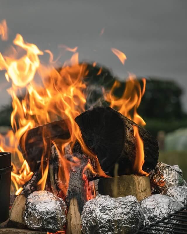 アルミホイルと焚火