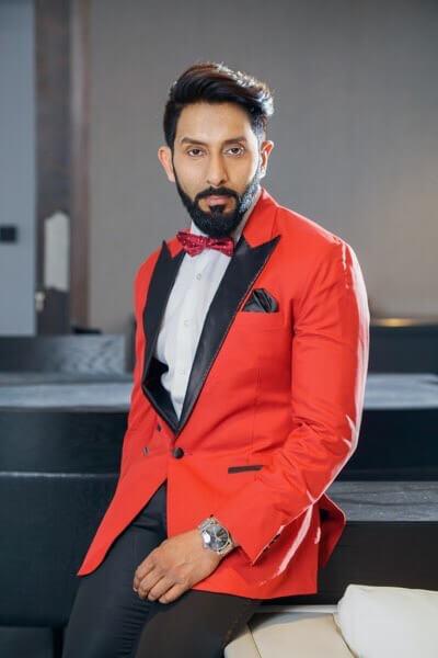 赤スーツ男性ヒゲ